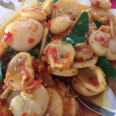 Photo taken at รับลม ซีฟู๊ด (Rub Lom Seafood) by Candi P. on 6/26/2014