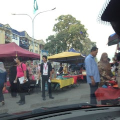Photo taken at Pasar Malam Taman Andalas by anuar r. on 7/2/2013