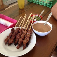 Photo taken at Sate Sapi Pak Kempleng 2 by Fitra D. on 8/17/2015