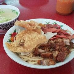 Photo taken at Pangsit Mie Palu by Lidya Y. on 8/31/2015
