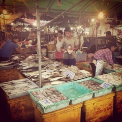 Photo taken at ตลาดสัตหีบ (Sattahip Market) by Peat W. on 9/27/2014