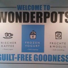Photo taken at Wonderpots Frozen Yogurt by Elif on 8/4/2014