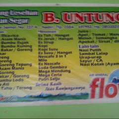 Photo taken at Warung Ikan Segar Bu Untung by Agung D. on 12/29/2012