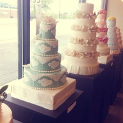Photo taken at Le Sucre Cakes & Cupcakes by Yaewoon M. on 5/25/2013
