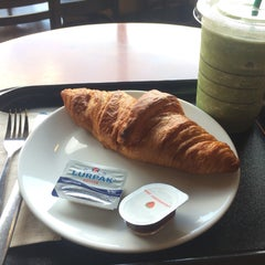 Photo taken at Starbucks (สตาร์บัคส์) by Pcuse J. on 11/8/2015