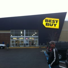 Photo taken at Best Buy by Wesley S. on 12/15/2012
