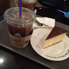 Photo taken at The Coffee Bean & Tea Leaf by Serella J. on 12/17/2014