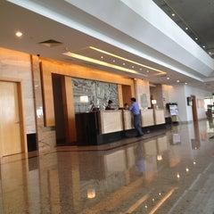 Photo taken at Holiday Inn by Cik Aki u. on 1/15/2013