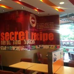 Photo taken at KFC (เคเอฟซี) by 🍺B e e r🍻 on 4/9/2015