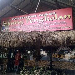 Photo taken at Saung Pengkolan by Shasha W. on 10/26/2012