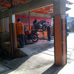 Photo taken at MOTORSTOP-Professional Motor Service by M. Rizki Pratama on 10/10/2013