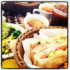 Photo taken at J.S.BURGERS CAFE 新宿店 by min on 11/13/2012