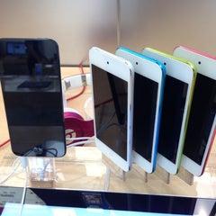 Photo taken at Apple Store, Los Gatos by Sachin P. on 10/13/2012