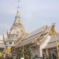 Photo taken at วัดโสธรวรารามวรวิหาร (Wat Sothon Wararam Worawihan) by Petit P. on 4/7/2013