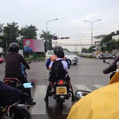 Photo taken at แยกนิด้า (NIDA Intersection) by 4Sakana on 5/31/2013