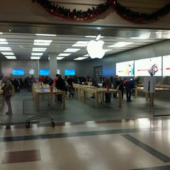 Photo taken at Apple Store, Fiordaliso by Luca D. on 11/26/2012