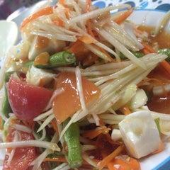 Photo taken at ส้มตำ น้ำปั่น ปากซอยจุฬาเกษม by Red_angel on 10/25/2014