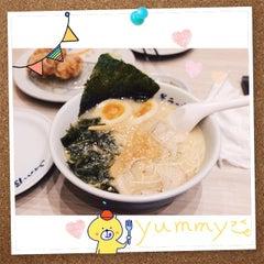 Photo taken at Yamagoya Ramen (ยามาโกย่า ราเมน) 山小屋 ラーメン by NTTNN W. on 6/23/2015