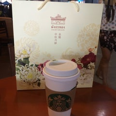 Photo taken at Starbucks (สตาร์บัคส์) by Deer W. on 9/19/2015