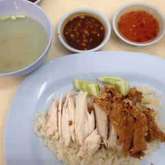 Photo taken at ข้าวมันไก่รุ่งแสง by Pang L. on 8/24/2014