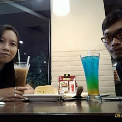 Photo taken at Pizza Hut by 陈 晓 昕 昕 A. on 9/8/2015