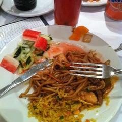 Photo taken at Restaurante Dragon Center by Karen S. on 6/29/2013