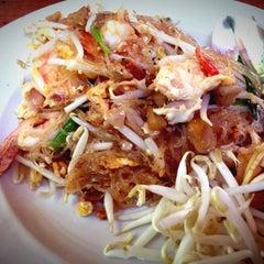 Photo taken at ขนมจีนสวนสิริน (วัชรพล) by Suthep K. on 2/4/2015