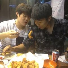 Photo taken at 깐부치킨 kkanbu chicken by Alex S. on 5/30/2013