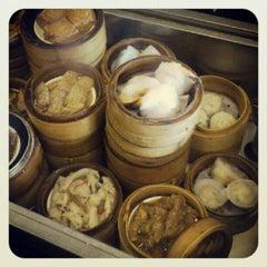 Photo taken at Big Gun Chinese Restaurant (廣州樓) by Yuenyi L. on 9/27/2012