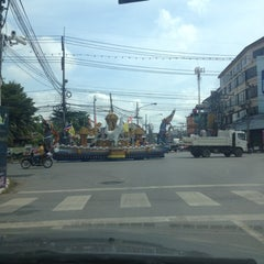 Photo taken at แยกแสงเพชร (Saeng Phet Intersection) by Poupée T. on 11/5/2012