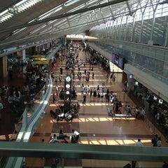 Photo taken at 東京国際空港 / 羽田空港 (Tokyo International Airport HND/RJTT) by えすえる ぜ. on 6/30/2013