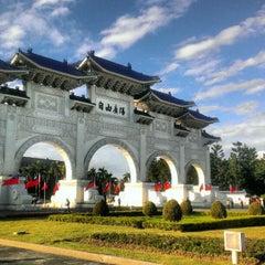 Photo taken at 中正紀念堂 Chiang Kai-Shek Memorial Hall by Derrick C. on 12/28/2012