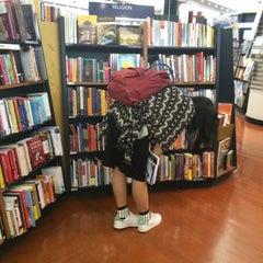 Photo taken at Books Kinokuniya (คิโนะคูนิยะ) 紀伊國屋書店 by Earthielic A. on 2/23/2015