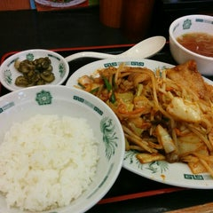 Photo taken at 日高屋 新宿3丁目店 by Kamemaru I. on 5/15/2015