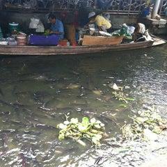 Photo taken at ตลาดน้ำตลิ่งชัน (Taling Chan Floating Market) by P . on 10/6/2012