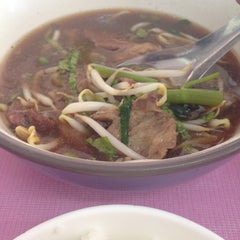 Photo taken at ก๋วยเตี๋ยวเนื้อวัว วัดดงมูลเหล็ก (Wat Dong Moon Lek Noodle) by Fox P. on 3/5/2015