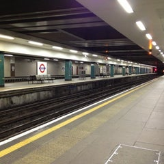 Photo taken at Moorgate Railway Station (MOG) by Yiming on 10/28/2012