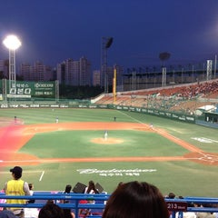 Photo taken at 목동야구장 (Mokdong Baseball Stadium) by Hoyeon K. on 9/25/2013