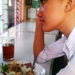Photo taken at Nasi Pecel Mustika by mukti e. on 2/5/2013