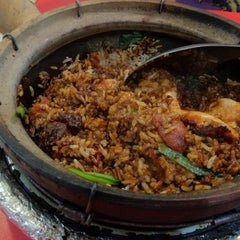 Photo taken at Yuan Yuan Claypot Rice by Chor Fai L. on 12/14/2012