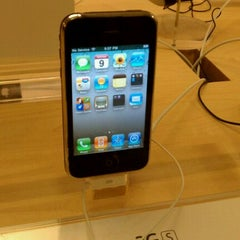 Photo taken at Apple Store, The Oaks by Ben J. D. on 4/10/2011