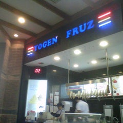 Photo taken at Yogen Fruz by Arturo M. on 11/12/2011