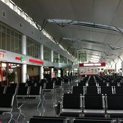 Photo taken at Da Nang International Airport (DAD) Sân bay Quốc tế Đà Nẵng by Norman on 2/21/2012