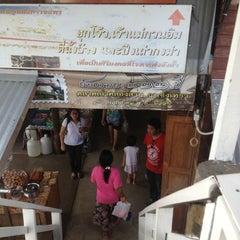 Photo taken at ตลาดคลองสวน 100 ปี (Klong Suan 100-Year-Old Market) by Ratsarin S. on 7/14/2013