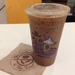 Photo taken at The Coffee Bean & Tea Leaf® by R C. on 11/9/2014