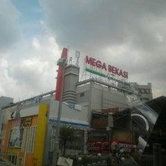 Photo taken at Giant by Ebi Edogawa K. on 11/17/2012