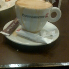 Photo taken at Espressamente Illy by Supendi S. on 4/2/2013