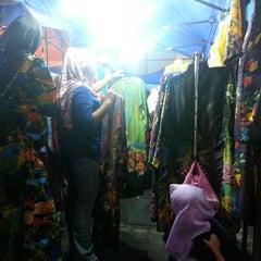 Photo taken at Pasar Malam Jalan Tuanku Abdul Rahman by Mhanie M. on 7/6/2013