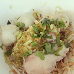 Photo taken at ก๋วยเตี๋ยวพริกสด (Priksod Noodles) by Seumbong K. on 5/1/2013