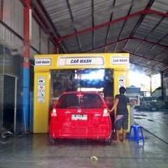 Photo taken at Bali Wisata Automatic Car Wash by Chelly ✌. on 4/12/2014